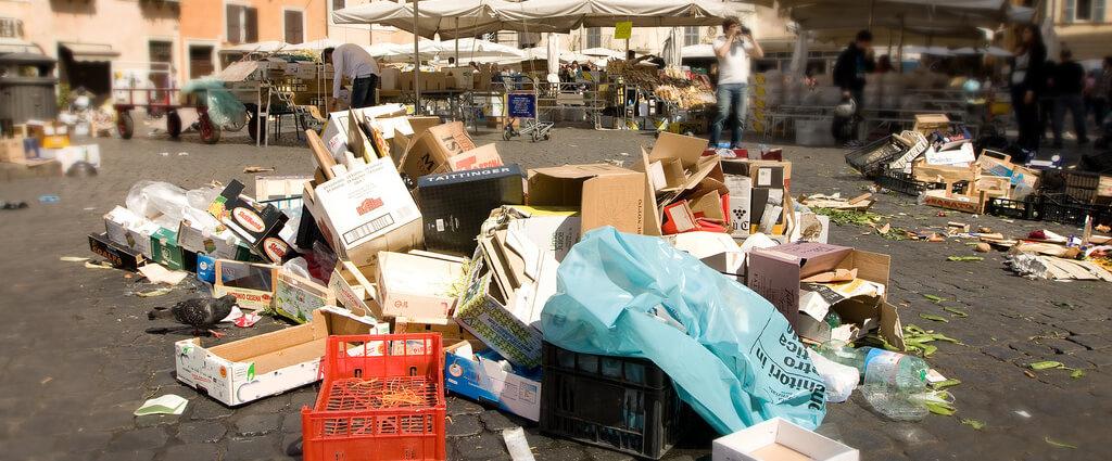 volontari puliscono i mercati rionali a fine giornata a Palermo